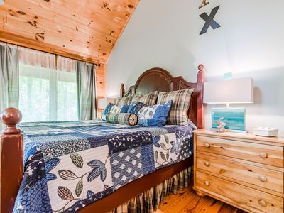 Photo for Cozy Cabin Decor, King Size Bed, Hot Tub, Vaulted Ceiling, Gas Fireplace