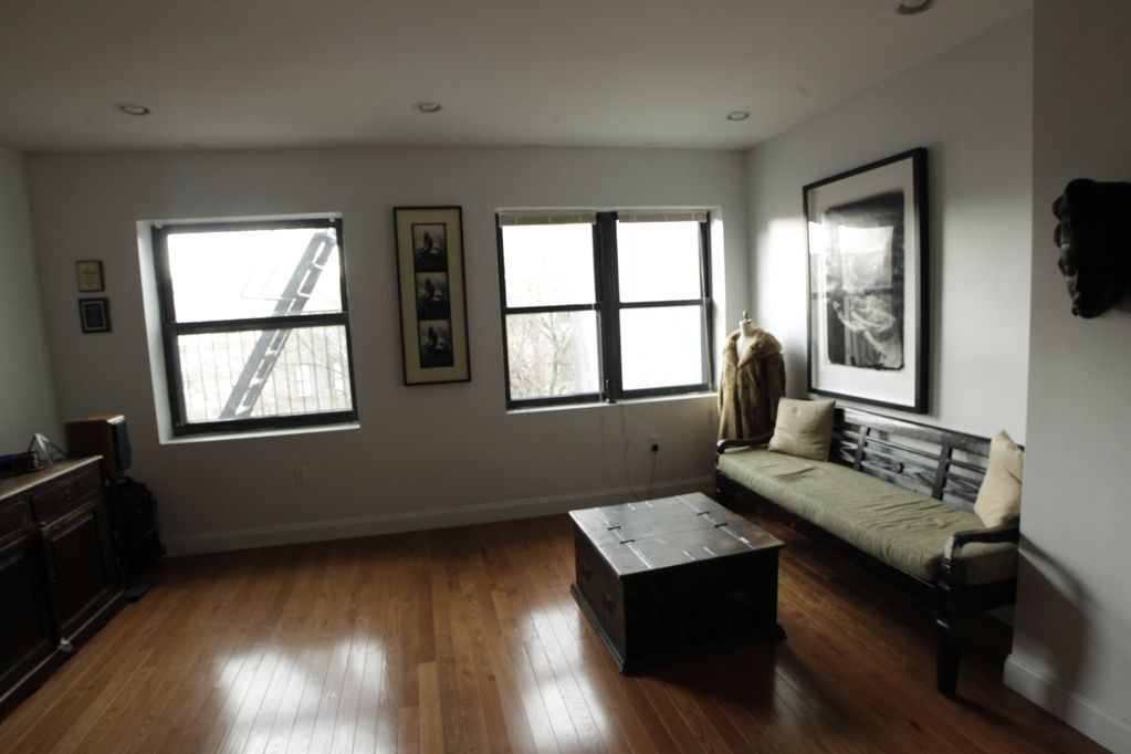 Room For Rent In A 3 Bedroom Duplex Apartment
