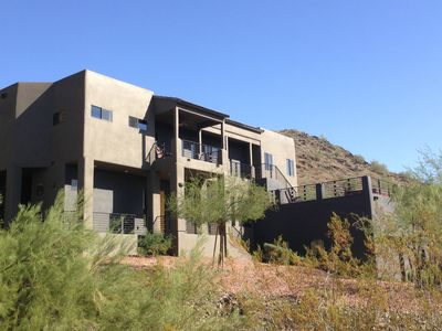 Modern House Mountain & City Views- Hot tub with lots of gathering spaces.