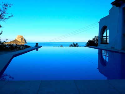 Photo for Beautiful Calpe getaway with stunning views and infinity pool