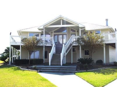 Sabine Lake Waterfront Lodge with Catering at request and Fishing Amenities