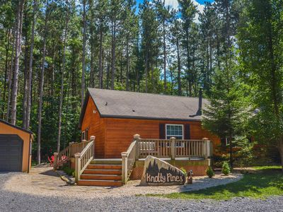 Conveniently located cabin with fire pit & dock slip - close to state parks!