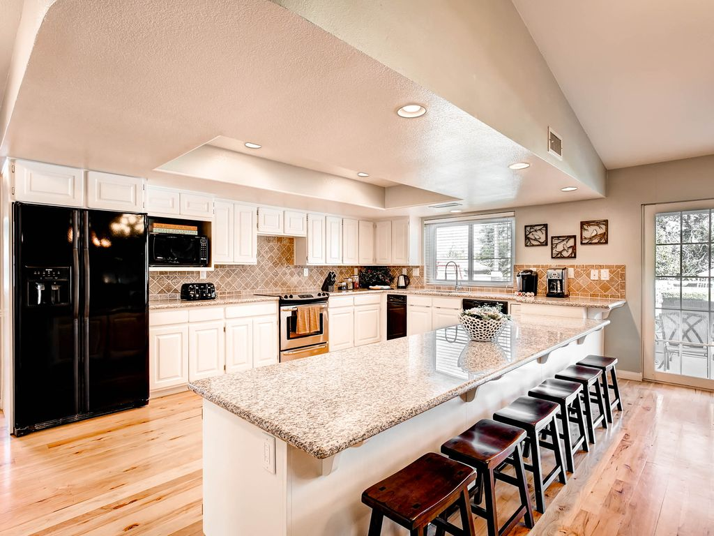 8 bedroom house. Las Vegas house rental  Fully appointed kitchen Holiday House LEGALLY LICENSED 8 Bedroom Oasis