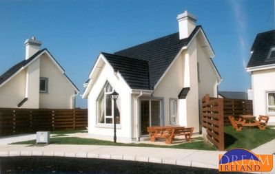 Photo for 3 bedroom holiday home with sunroom, private garden and free wifi