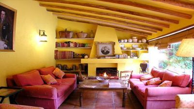 Charmig meetting room with fire place and wide windows  to the patio. Big sofás