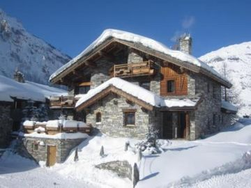 Beautiful apartment in private chalet, equiped for 12 people, 6 bedrooms, 5 bathrooms and private sauna.