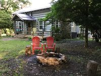 Lovely renovated, clean and cozy cabin with a very friendly and accommodating host.