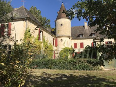 Photo for Domain surrounded by a large park with outdoor pool 80km from Bordeaux