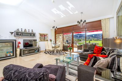 Stunning villa with lovely golf views, WiFi, IPTV, BBQ and bright and spacious