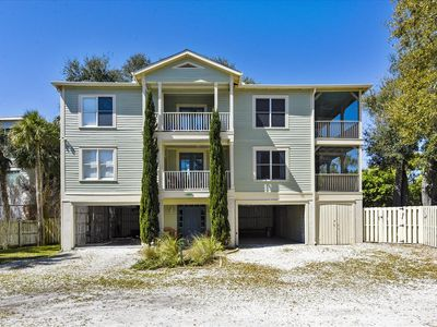 Whispering Palms c. 1926 Pet Friendly, pool! Close to Beach & downtown Tybee