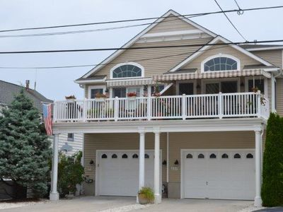 A short 1 1/2 block walk to the beach.  Perfect layout for multiple families with bedroom(s) on each level.