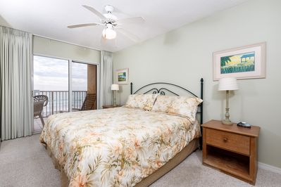 Master bedroom - Achieve complete tranquility as you relax in the king-size bed and watch the beautiful waves of the Gulf of Mexico.