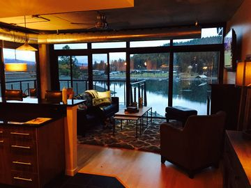 Beautiful Waterfront Condo - Enjoy First-Class Accommodations