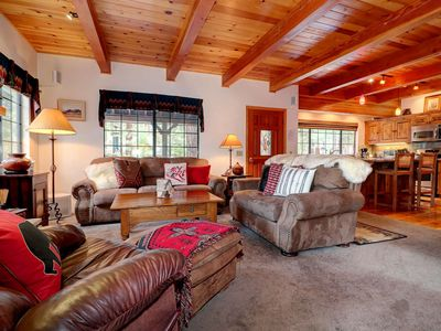 Harmony Haus: Close to Snow Summit! Hot Tub! Pool Table! Internet! Barbecue! Centrally Located!