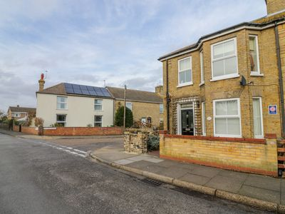 Photo for GLENWOOD, pet friendly, with a garden in Pakefield, Ref 998972