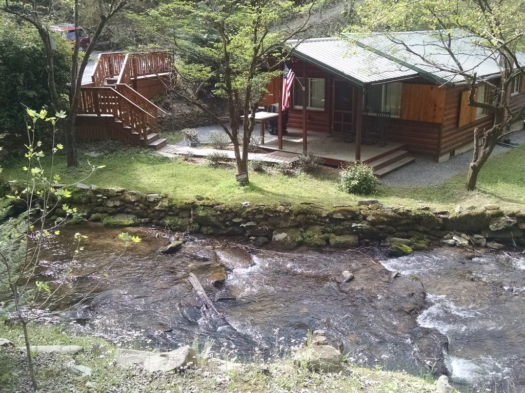 Log cabin with bold creek whittier smoky mountains for Log cabin portici e ponti