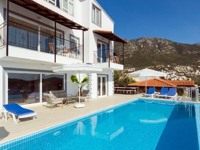 Photo for Villa, large pool and outdoor space, 6 bedrooms, sleeps 11, great location