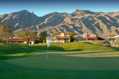 Lovely home in La Paloma located on the green of the Ridge Golf course