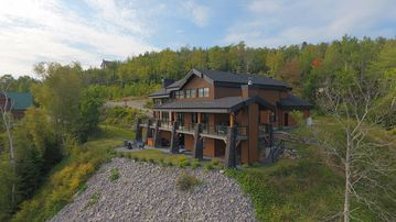 Ilaali: Lodge-Style Chic Decor And Panoramic Views Of The St-Lawrence River