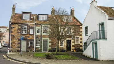 The Neuk is the middle house in a row of three similar fishing cottages.