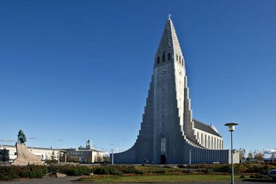 Hallgrímskirkja and the statue of Leif the lucky are a 5-min walk from the house