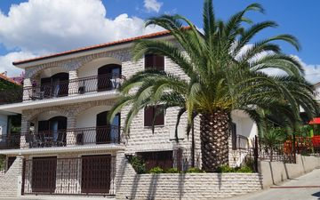 Family-friendly luxury villa directly by the sea with pool for 12 people (+ 2 children)