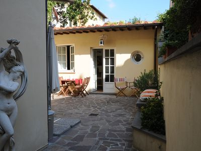 Photo for Cozy cottage with courtyard, A/C, TV sat, Wifi. Heart of Florence