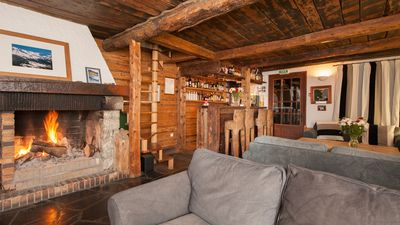 Auberge sur la Montagne - spacious lounge with bar and log fire