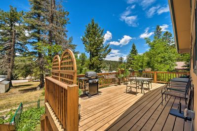 This cabin is situated in Cloudcroft, minutes from hiking & skiing!