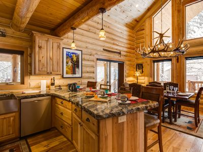 KABINO: DREAM log cabin! Hot tub and Wi-Fi! Perfection at its Finest!