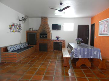Comfortable home and broad, with 100 meters from the beach, sleeps 07 people, with wifi