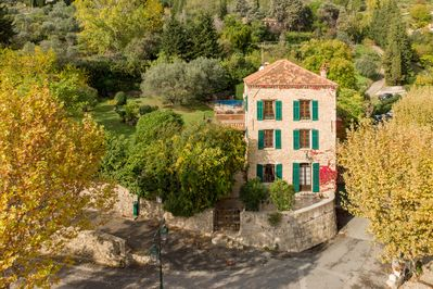Maison Hirondelle, grounds and pool in the centre of Seillans old town