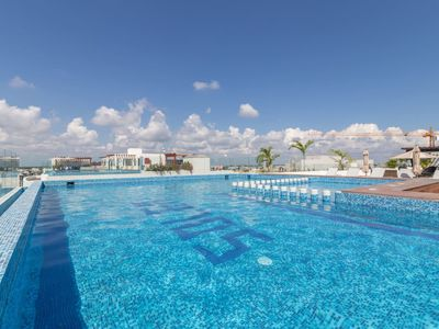 Photo for Chic condo/ Pool/Gym/Sky bar/centrally located