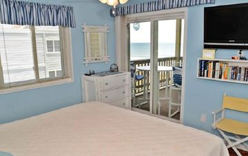 Beach front condo w/ pool close to Barefoot Landing!