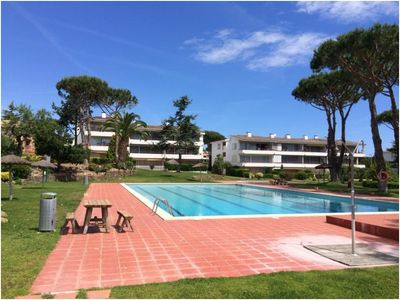 Photo for Beautiful apartment on the ground floor facing pool in Calella Park