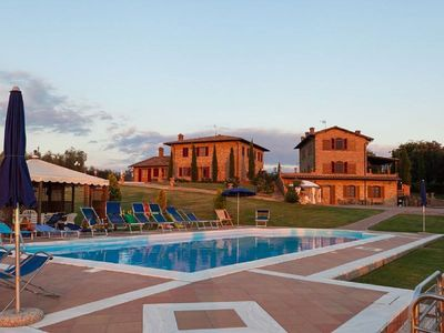 Photo for Villa with pool for groups up to 20 persons near Foiano della Chiana