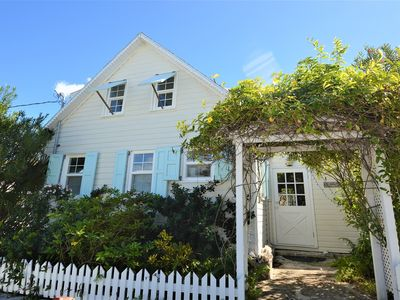 Settle down in this quaint & cozy cottage, with a short walk to the beach..