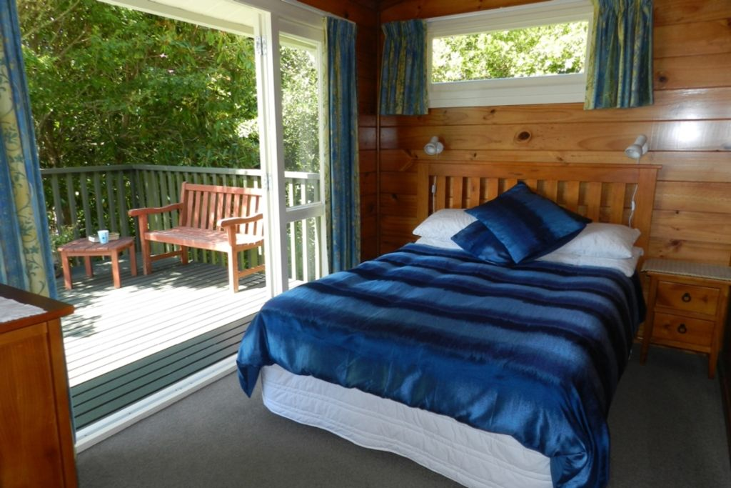 Tui Glen - Lake front bach with stunning views