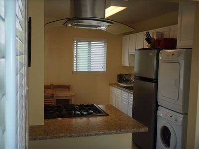 Fully Equipped Modern Kitchen with Washer/Dryer