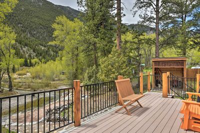This Nathrop vacation rental can easily accommodate groups of 12.