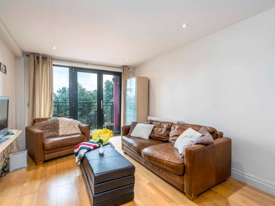 Photo for Spacious 2 bed close to Tower Bridge, sleeps 6