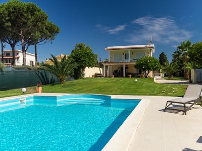 Photo for Wonderful villa with swimming pool by the sea