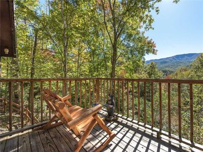 Picture-perfect - Sip your morning coffee out on the deck while larks and wrens sing and falcons soar over the mountains. You'll never tire of the view.
