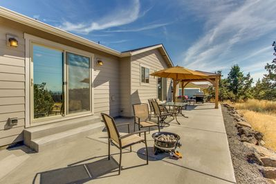 Upscale family home w/ fireplace, patio, gourmet kitchen, and mountain  views - Terrebonne