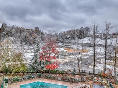 Photo for Walkable luxury condo w/ balcony, jetted tub & shared hot tub/pool!