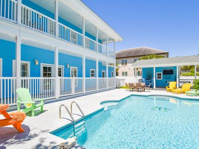 A golf cart, private pool, & outdoor games for 20 guests!