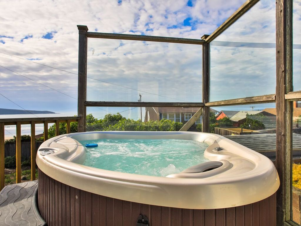 Gods Pocket! 3 min walk to Beach, Hot Tub! Best Cottage in the ...