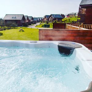 Dog friendly hot tub holiday home for 8 with indoor pool & spa