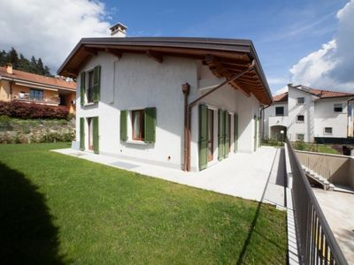 Photo for Detached 5½-room house with large garden and beautiful lake view