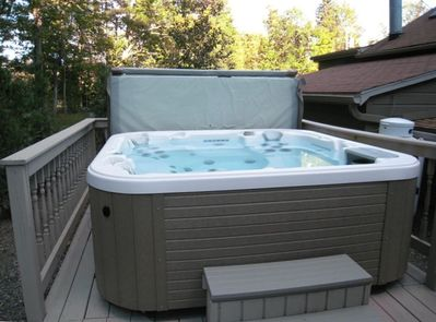 Deluxe hot tub seats 6 with 2 stretch out massager/loungers.